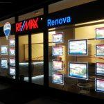Painéis Suspensos da VitrineMedia instalados em loja Remax da Itália