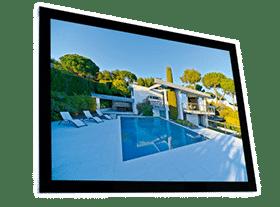 Display iluminado de parede com moldura preta, desenvolvido para comunicação de imobiliária
