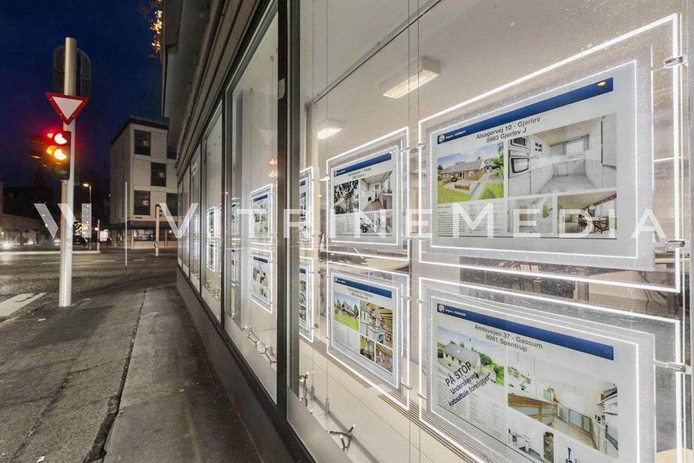 Display LED suspenso iluminado da VitrineMedia para comunicação de vitrines imobiliárias