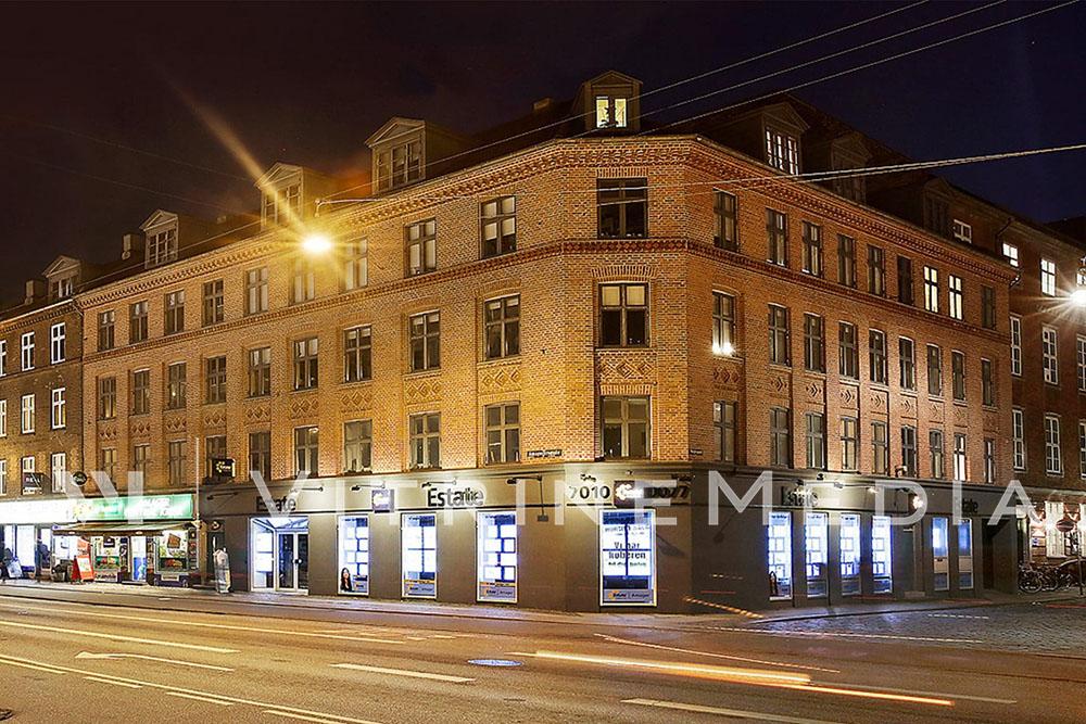 Painel suspenso VitrineMedia para comunicação de vitrines de lojas imobiliárias