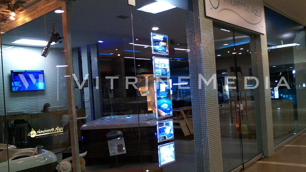 Placa iluminada LED da VitrineMedia instalado em vitrine da loja Ambiente Azul