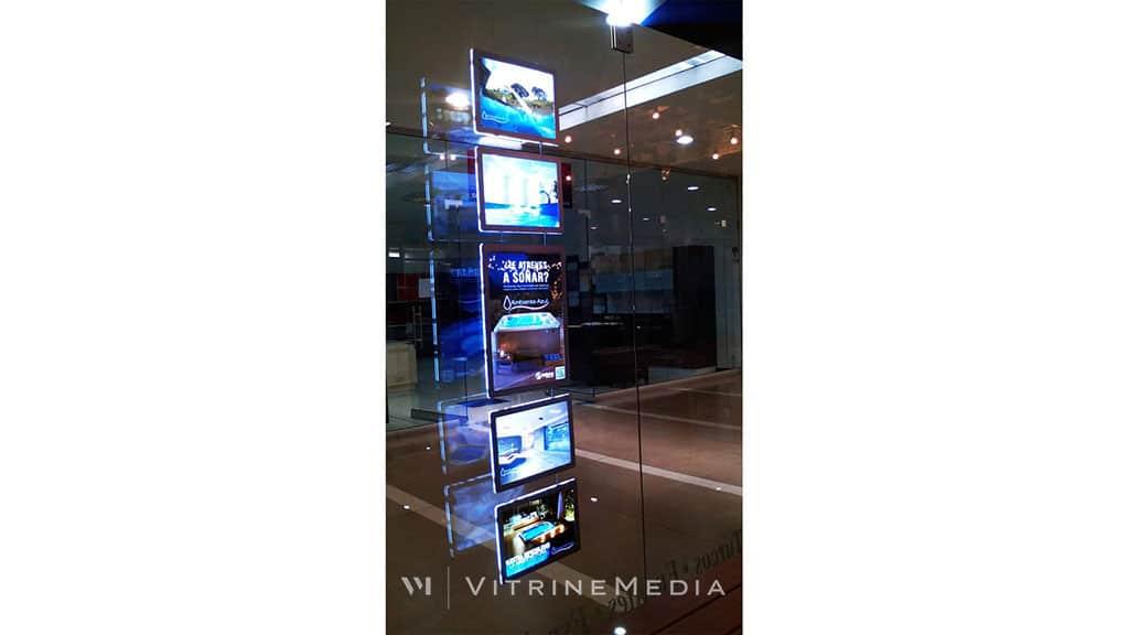 Placa LED iluminada VitrineMedia em loja Ambiente Azul