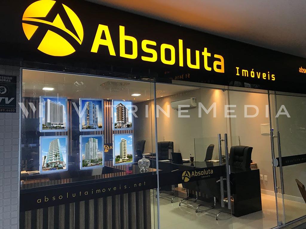 Absoluta imóveis com vitrine ambientada com display de LED da VitrineMedia