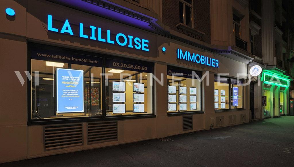 Vitrine da imobiliária francesa La Lilloise com painel de LED em acrílico