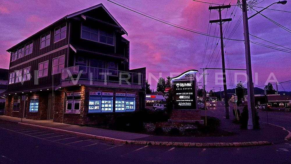 Vitrine da imobiliária remax com paineis de LED tamanho A3