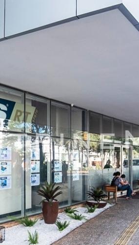 display-iluminado-suspenso-para-vitrine-de-imobiliaria-urbs