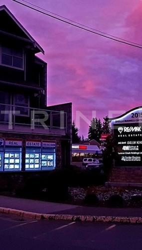 led-suspenso-iluminado-para-vitrine-imobiliaria-remax
