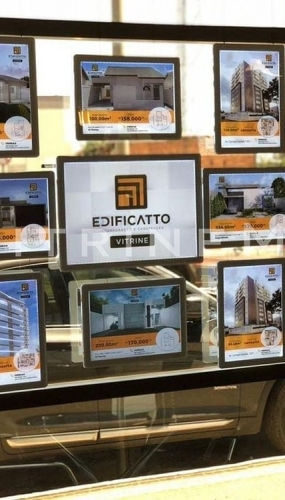 painel-de-led-em-acrilico-vitrine-media-imobiliaria-edificatto