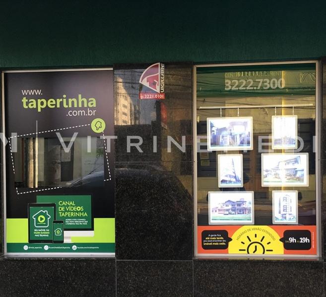Painel de LED para vitrine de imobiliária – Modelo VM TWO – Imobiliária Taperinha