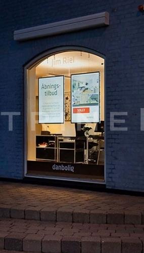 painel-display-suspenso-para-vitrine-imobiliar-grandes-formatos