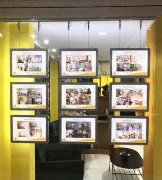 Rio Real Imóveis aposta em painéis de LED em vitrine de sua imobiliária