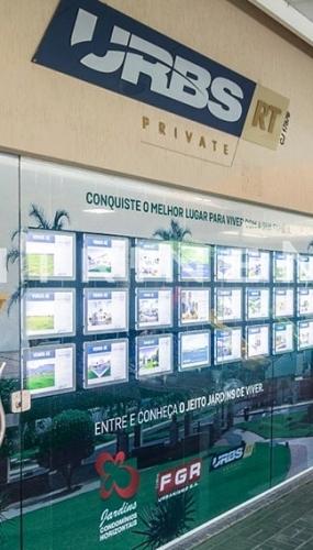 painel-led-suspenso-iluminado-para-fachada-de-imobiliaria-urbs-vitrine-media