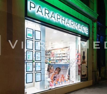 painel-suspenso-slim-para-farmacia-vitrine-media