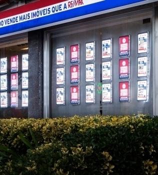 A vitrine iluminada ideal para a sua agência imobiliária