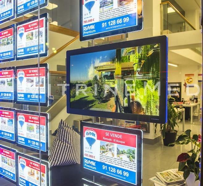 Vitrine com LED, ambientada com Painéis VitrineMedia – Modelo VM TWO – Imobiliária RE/MAX